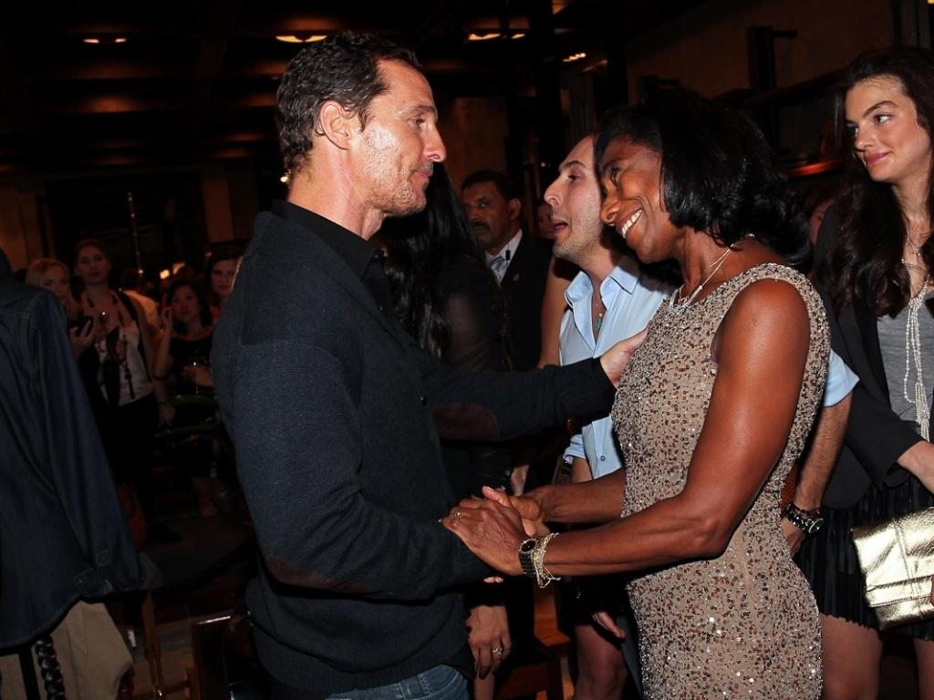 A jornalista Gloria Maria cumprimenta o ator Matthew McConaughey durante evento em São Paulo (10/4/12)