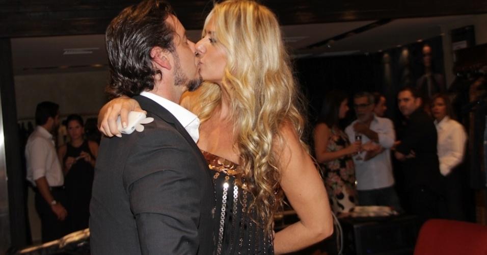 """Adriane Galisteu e o marido, Alexandre Iódice, se beijam na reinauguração da loja da grife """"Iódice"""" em shopping de São Paulo (11/4/2012)"""