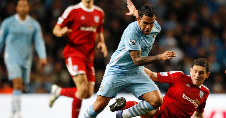 Carlos Tevez passa pela marcação de jogador do West Bromwich em partida desta quarta-feira