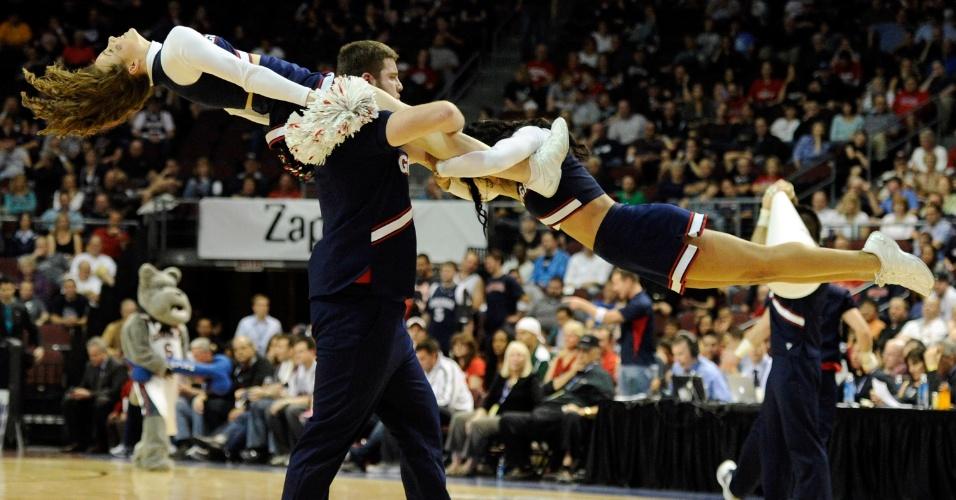 Cheerleaders do Gonzaga Bulldogs fazem acrobacias em intervalo de jogo de basquete