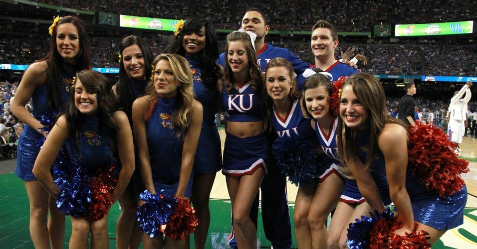 Cheerleaders do Kansas Jayhawks posam para foto antes de jogo de basquete