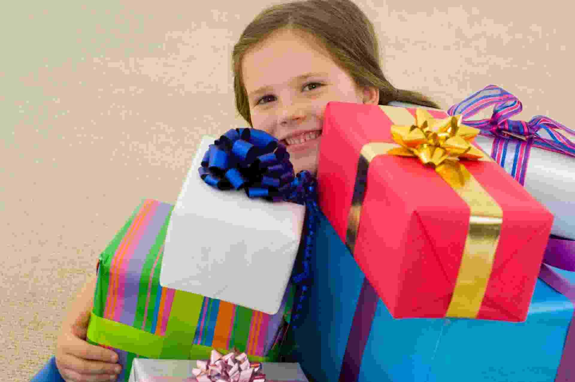 criança, presente, mimo, aniversário, festa - Thinkstock