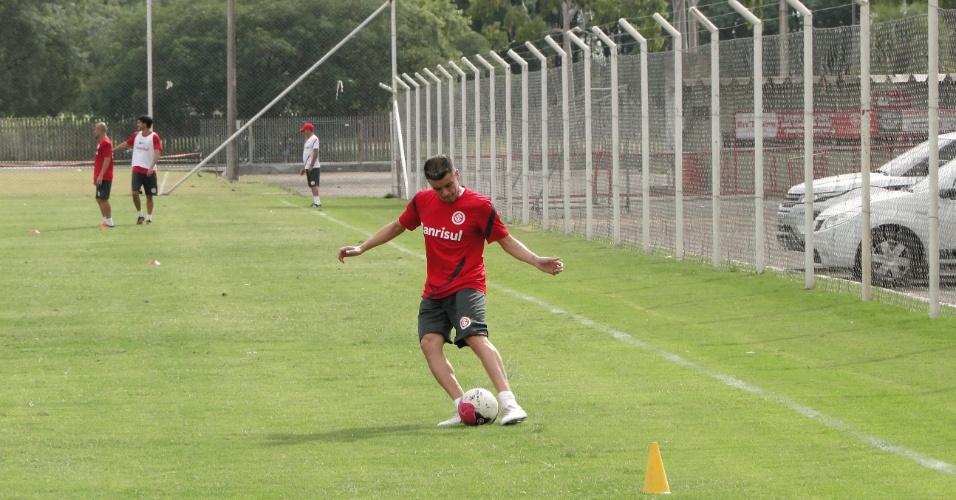 D'Alessandro bate na bola em treino na manhã desta quarta-feira no suplementar do estádio Beira-Rio (11/04/2012)