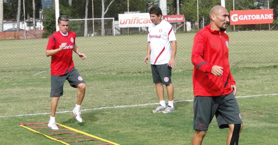 D'Alessandro e Guiñazu (d) fazem trabalhos físicos sob as orientações do coordenador da área, Élio Carravetrta