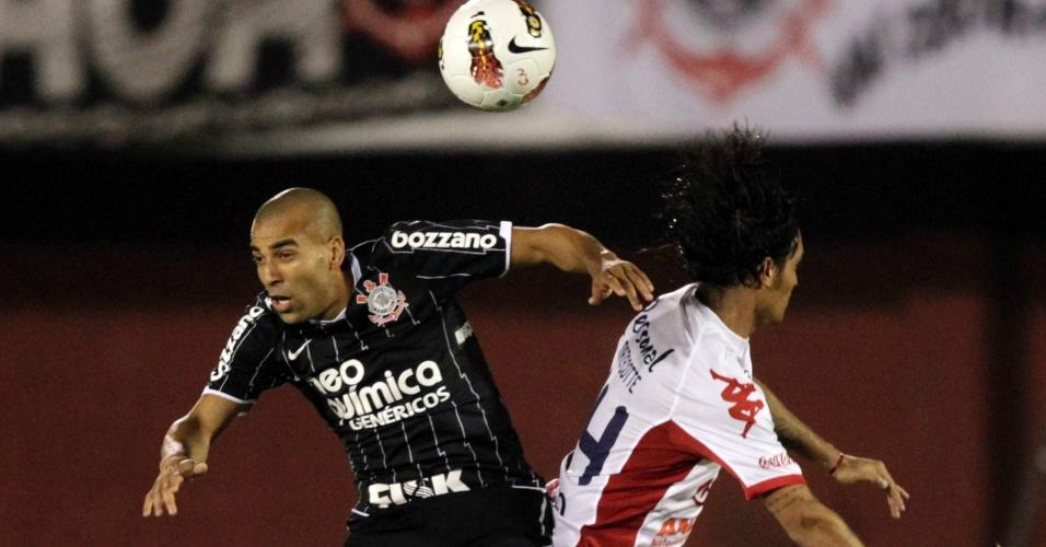 Émerson briga pela bola na partida entre Nacional-PAR e Corinthians (11/04/12)