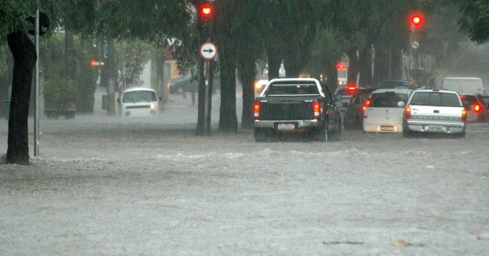 Forte temporal causa alagamento  na esquina das avenidas Francisco Matarazzo e Pompeia, na zona oeste da cidade de São Paulo