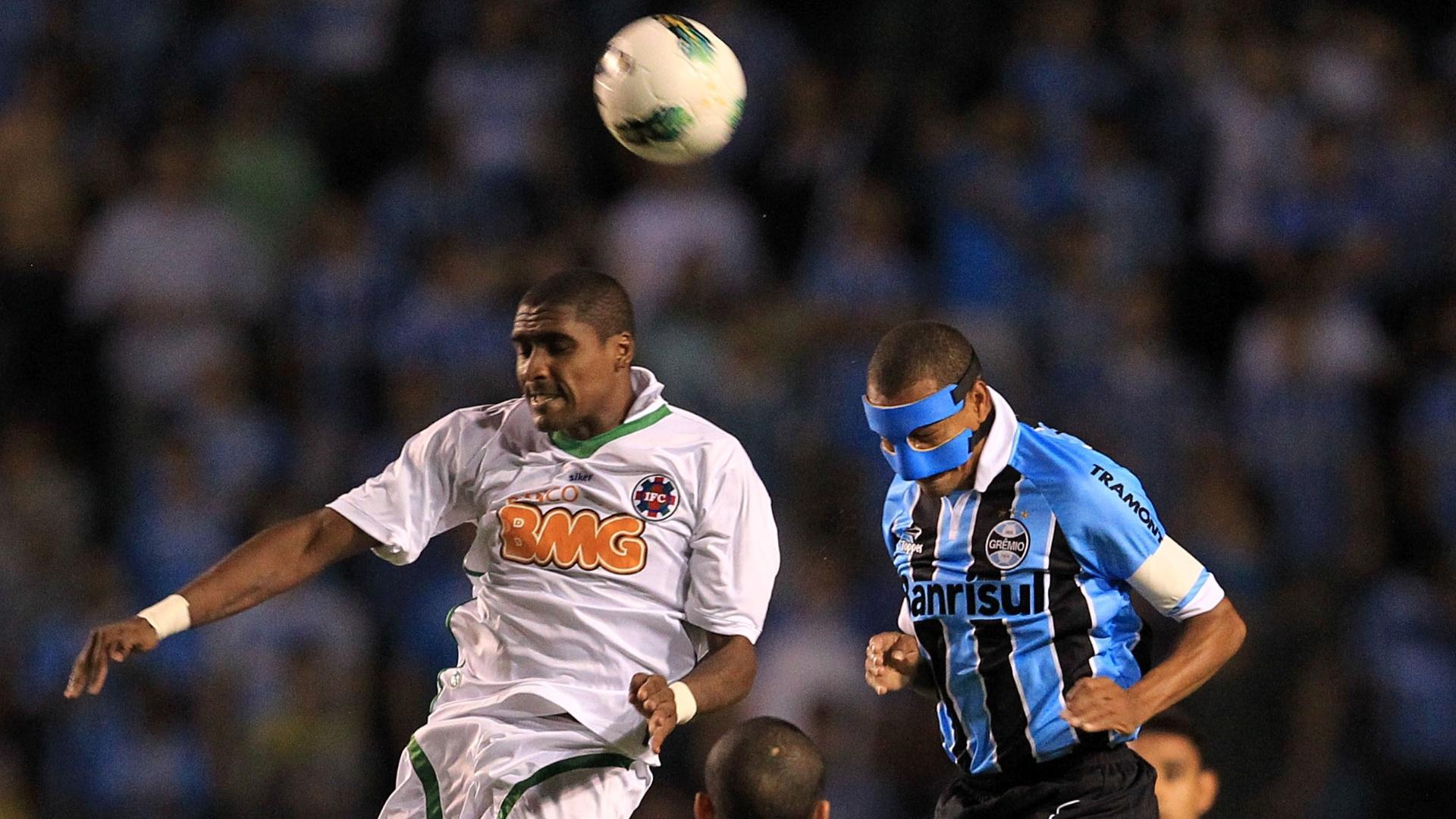 Gilberto Silva comemora gol do Grêmio contra o Ipatinga no estádio Olímpico pela Copa do Brasil (11/04/2012)