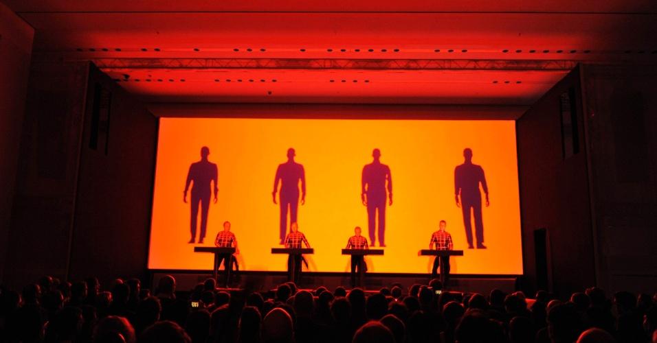 """Grupo Kraftwerk, durante o """"Kraftwerk - Retrospectiva 1 2 3 4 5 6 7 8"""", no Museu de Arte Moderna de Nova Yor"""