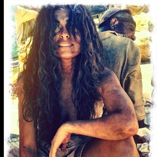 Juliana Paes aparece suja e com cabelão durante gravação do remake de