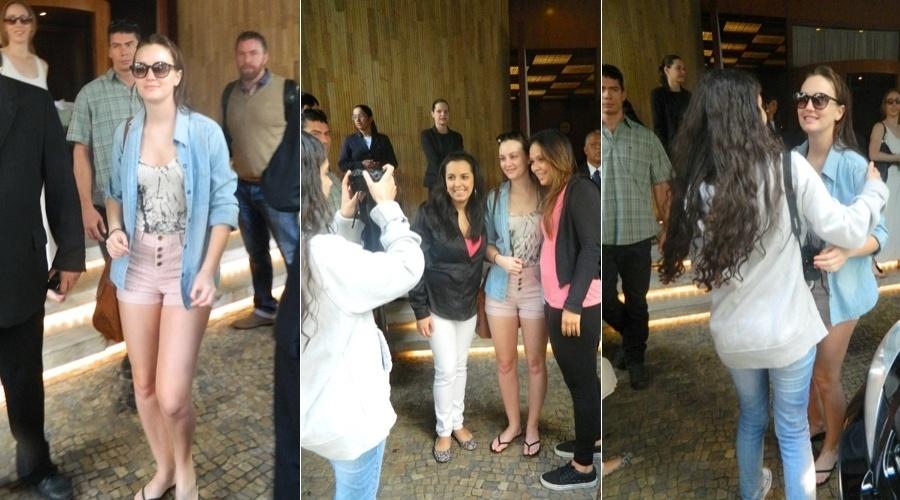 Leighton Meester posa para fotos ao lado dos fãs na porta de um hotel em São Paulo (11/4/2012)