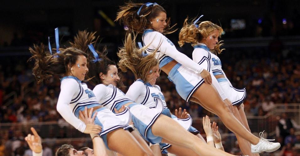 Líderes de torcida do North Carolina Tar Heels são arremessadas para cima em exibição