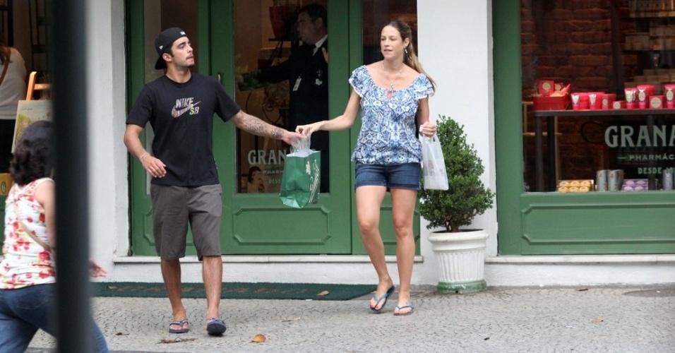 Luana Piovani e Pedro Scooby passeiam pelo bairro do Leblon, zona sul do Rio (11/4/2012)