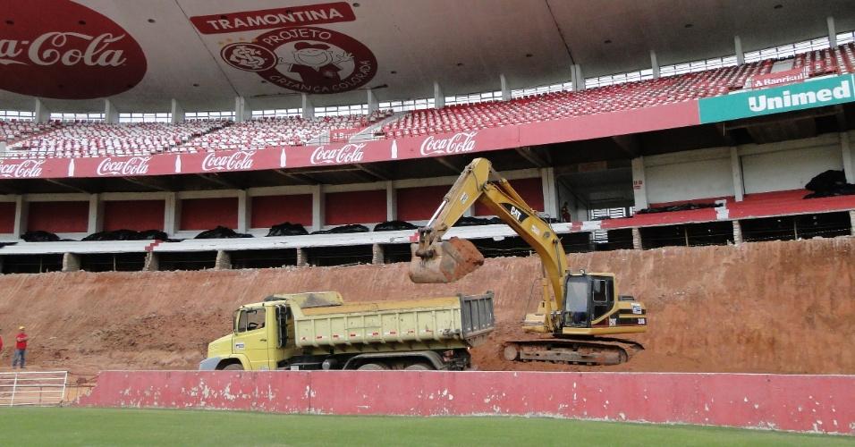 Máquinhas trabalham na reforma do estádio Beira-Rio do Internacional (10/04/2012)