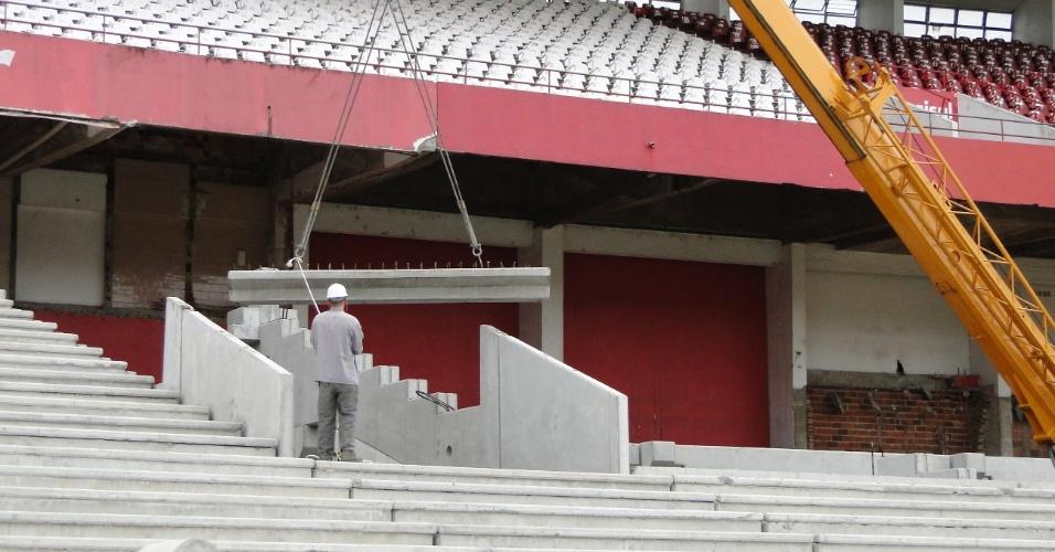 Montagem das arquibancadas inferiores na reforma do estádio Beira-Rio do Internacional (10/04/2012)