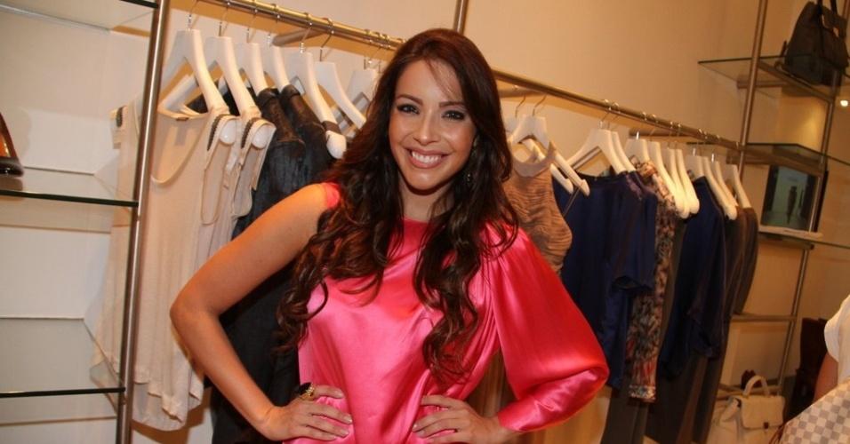 Renata Dominguez prestigia a reinaguração de loja em shopping da zona sul do Rio (11/4/2012)