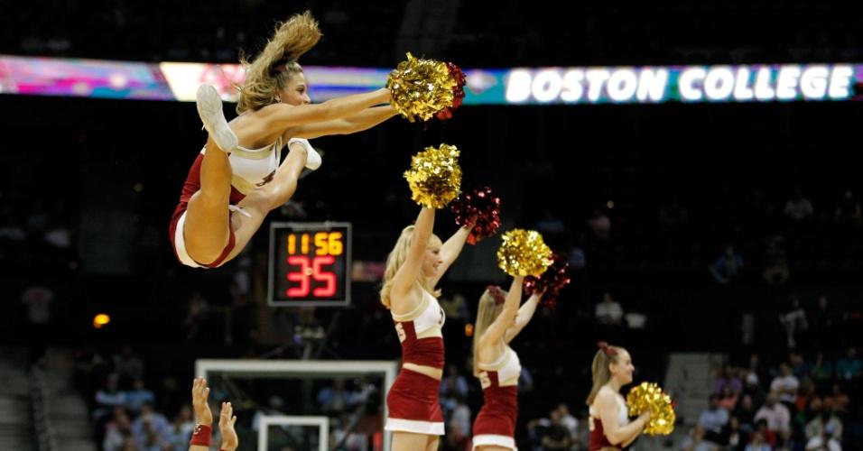 Torneio de basquete universitário dos Estados Unidos contou com a presença de belas cheerleaders