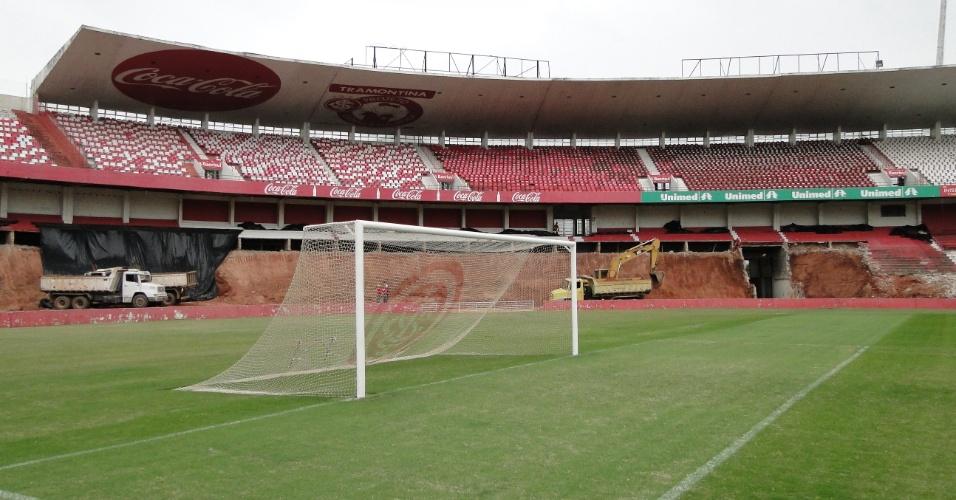 Vista de dentro do gramado da demolição para a reforma do estádio Beira-Rio do Internacional (10/04/2012)