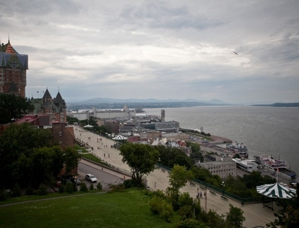 Vista do rio Saint-Lawrence e do Fairmont Le Château Frontenac, em Quebéc, no Canadá