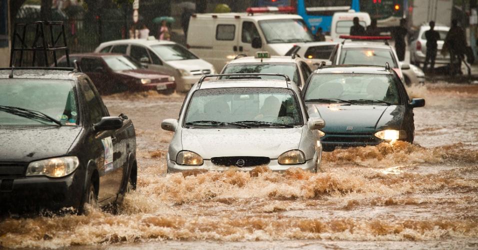 A chuva forte durante a tarde alagou a rua Ana Cintra, no centro de São Paulo, entre outros locais da capital paulistana