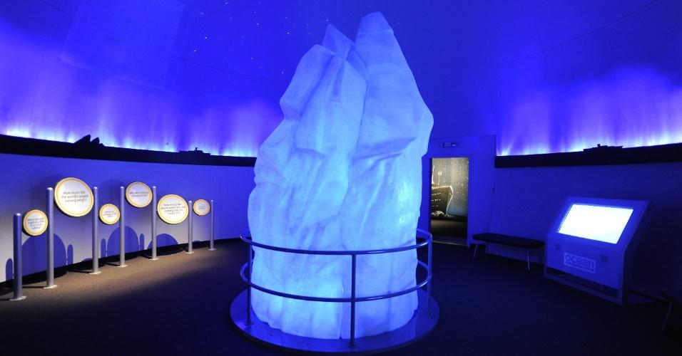 """A exposição """"Titanic - A 3.800 metros de profundidade"""", no Aquário de Mystic, em Connecticut, tem uma réplica do iceberg em que o Titanic se chocou em 1912"""