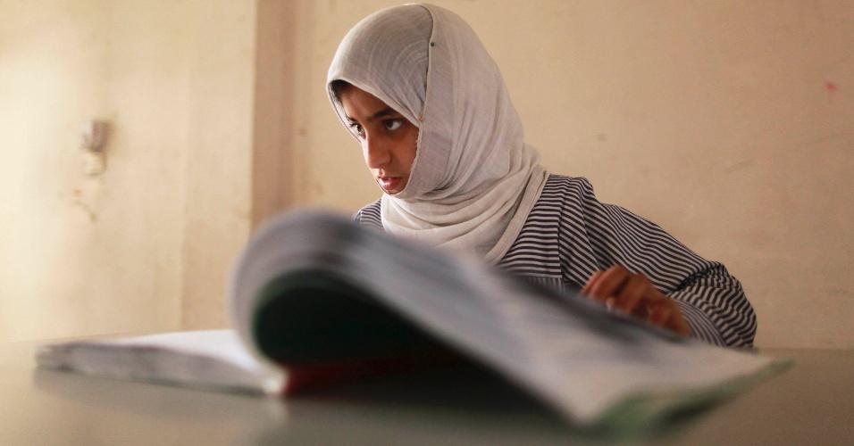 Aluna cega freqüenta aula religiosa islâmica em escola das United Nations Relief and Works Agency (UNRWA)-run al-Nour (Light), em Gaza