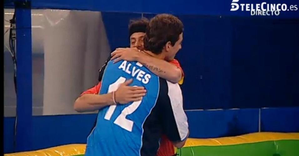 """Após perder partida de pebolim humano para o time dos confinados do """"Gran Hermano"""", Fael abraça Alessandro, com quem Noemí mantém um relacionamento na casa (12/4/112)"""