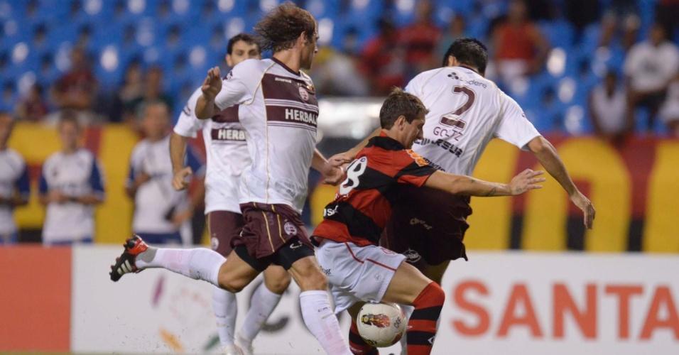 Bottinelli tenta passar pela marcação no jogo entre Flamengo e Lanús (12/04/12)