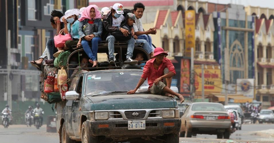 Cambojanos deixam a cidade de Phnom Penh em cima de carro, rumo a sua cidade natal para celebrar o Ano Novo Khmer, comemorado entre 13 e 15 de abril