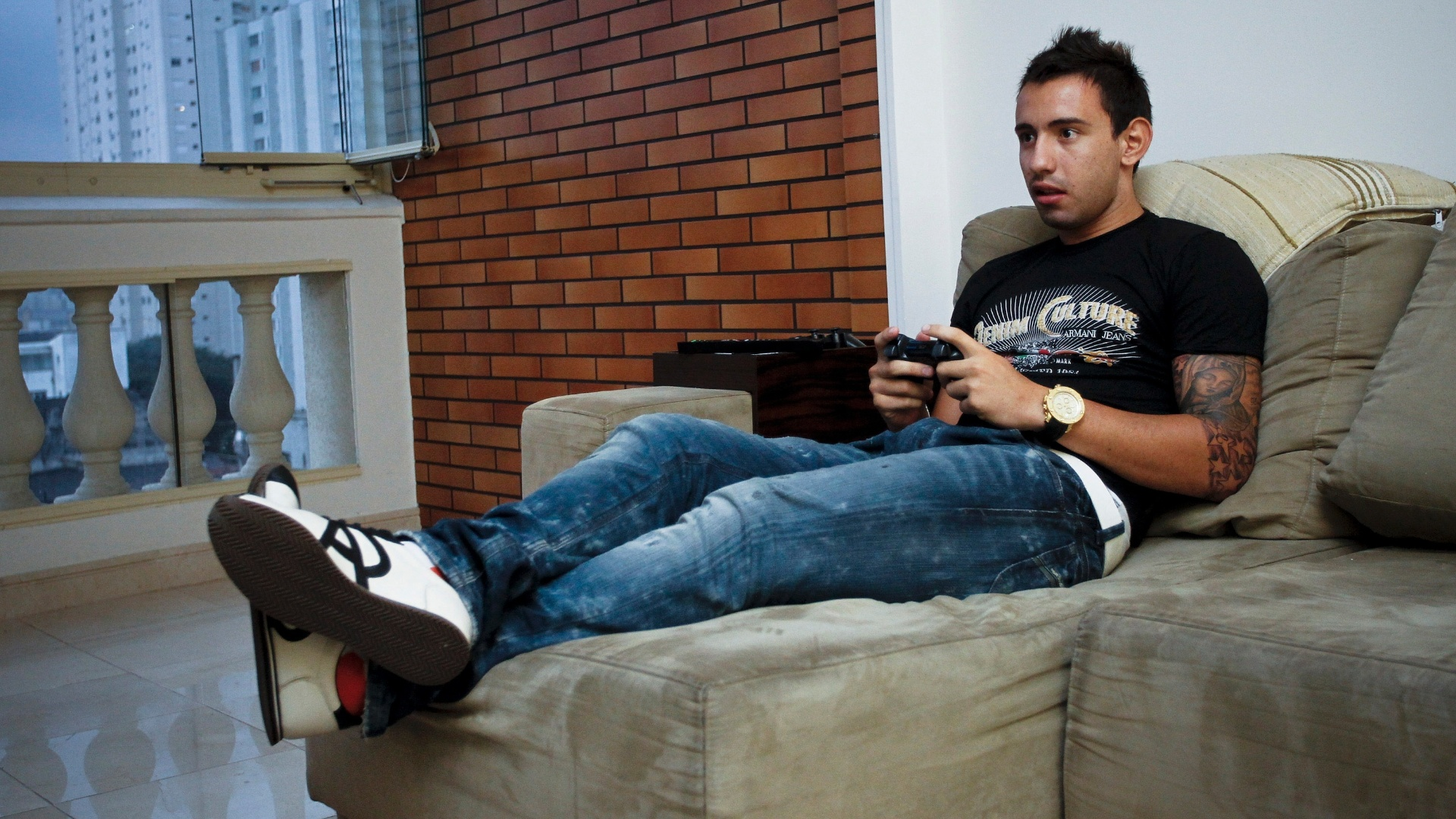 Cañete joga videogame em sua casa em São Paulo