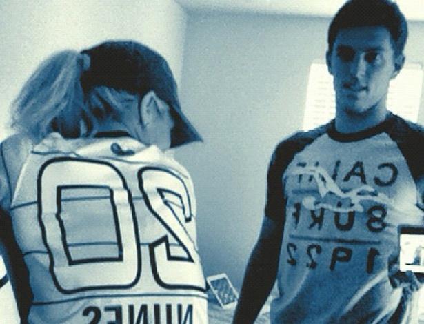 """Em foto divulgada no Twitter, Danielle Winits aparece usando camisa de futebol do namorado, o jogador Amaury Nunes. """"Camisa 20 rocks"""", escreveu a atriz (12/4/12)"""