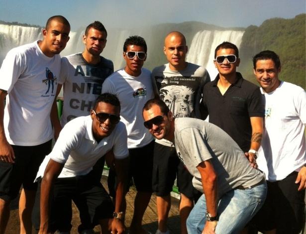 Danilo Fernandes, Castan, Paulinho, Julio Cesar, Fábio Santos, Chicão, Edenílson e Danilo vistam as Cataratas do Iguaçu