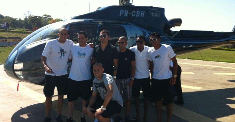 Danilo Fernandes, Chicão, Fabio Santos, Emerson, Edenílson, Paulinho e Julio Cesar tiram foto no helicóptero que usaram em passeio