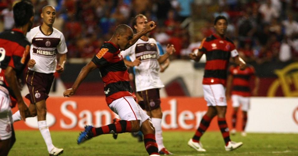 Deivid arrisca o chute no duelo entre Flamengo e Lanús (12/04/12)