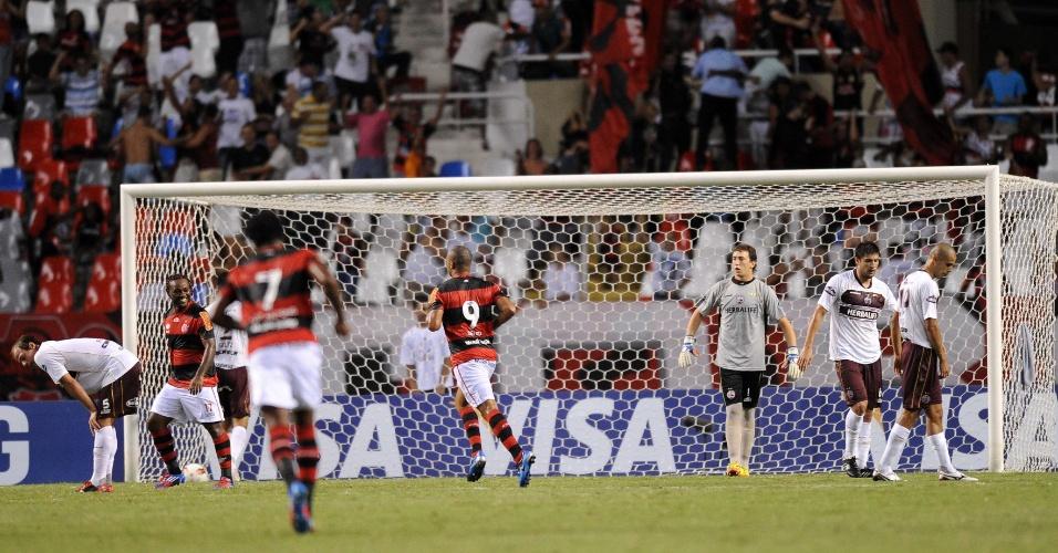 Deivid comemora ao marcar para o Flamengo contra o Lanús (12/04/12)