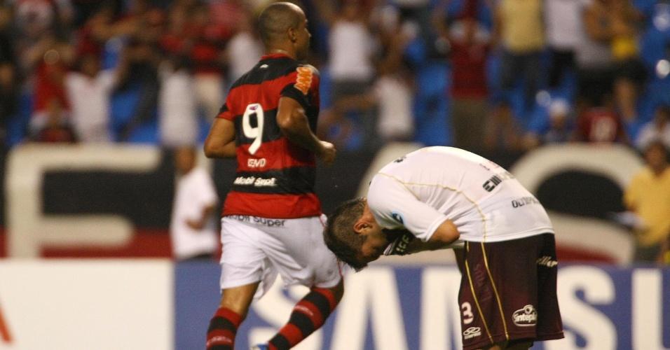 Deivid marca o segundo gol do Flamengo contra o Lanús no Engenhão (12/04/12)