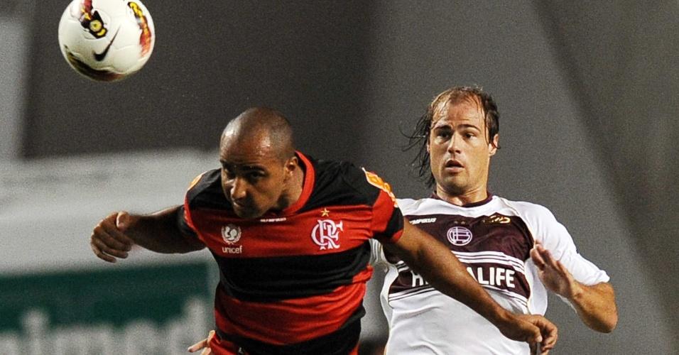 Deivid tenta cabecear a bola no jogo entre Flamengo e Lanús (12/04/12)