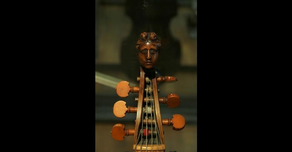 """Detalhe de um violone de 1679, conhecido também como """"viola da Gamba"""". Este é um dos seis mil instrumentos musicais que formam parte do acervo do Museu da Música, em Paris"""