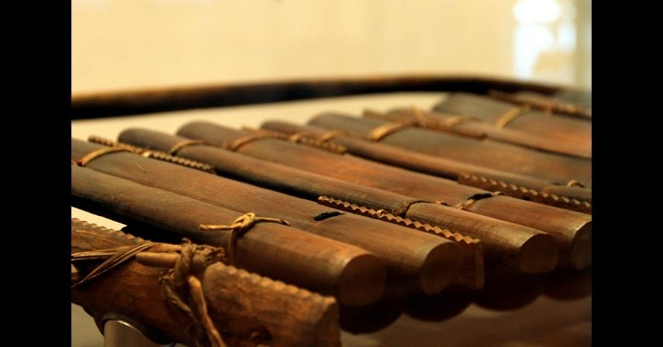 Detalhe de um xilofone senegalês do século 19, uma das peças expostas no Museu da Música, em Paris