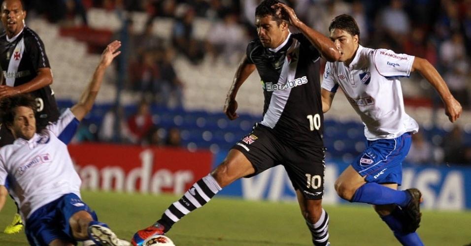 Diego Souza tenta passar pela marcação no jogo entre Nacional-URU e Vasco (12/04/12)