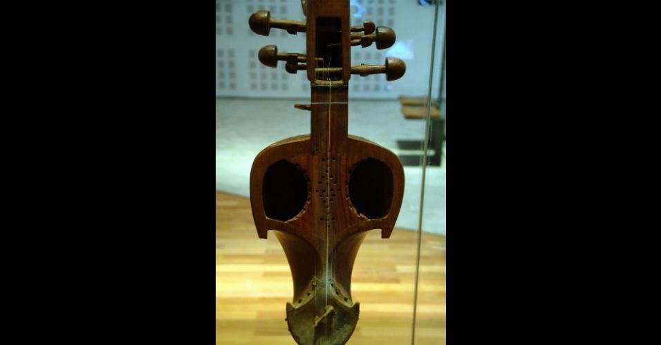Esta viela paquistanesa dos anos 90 é uma das peças que podem ser encontradas no Museu da Música, em Paris, um espaço dedicado aos últimos quatro séculos da história da música ocidental