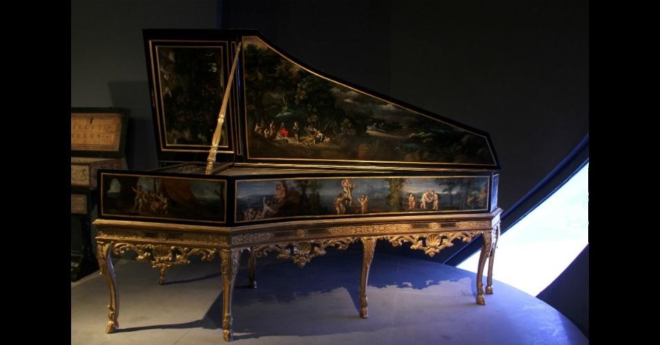 """Este cravo do século 18 é um dos instrumentos musicais expostos no Museu da Música (""""Musée de la Musique"""", em francês), em Paris"""