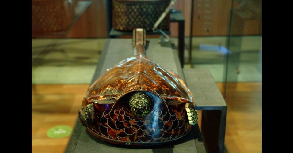 Este curioso violão em forma de tartaruga é um dos instrumentos antigos que podem ser vistos no Museu da Música