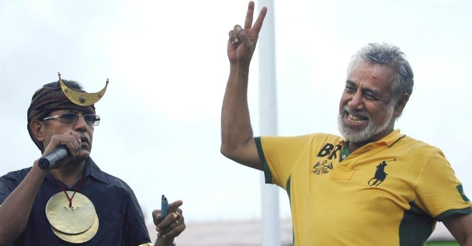 Ex-líder das Forças Armadas do Timor Leste e candidato à presidência do país, José María Vasconcelos (esquerda), participa de ato de campanha ao lado do premiê do país, Xanana Gusmão, em Maliana, no Timor Oriental. O país terá o segundo turno das eleições presidenciais no dia 16 deste mês