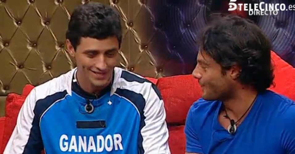 Fael e Alessandro conversam no confessionário do