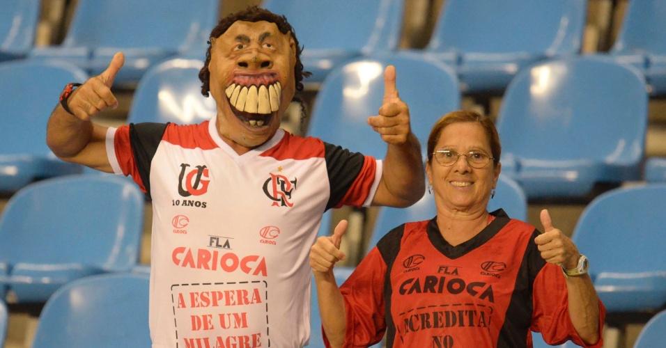 Fantasiado de Ronaldinho Gaúcho, torcedor confia em 'milagre' do Flamengo (12/04/12)