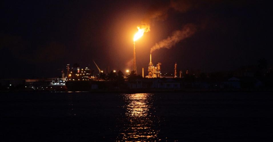 Fogo sai de chaminé da refinaria de petróleo Nico Perez, em Havana (Cuba)