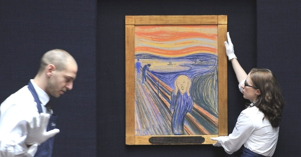 """Funcionários da casa de leilão Sotheby's, no Reino Unido, ajeitam o quadro """"O Grito"""", de Edvard Munch, uma das 53 obras de arte que serão comercializadas a partir de maio em Nova York (EUA). Única versão de """"O Grito"""" em propriedade particular, esta tela tem seu valor estimado em US$ 80 milhões"""