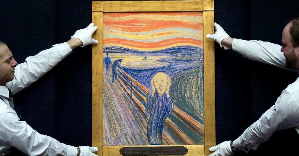 """Funcionários da loja Sotheby posam com uma versão em pastel da obra """"O Grito"""" do artista norueguês Edvard Munch 1895  para leilão, em Londres"""