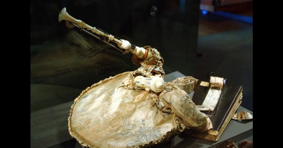 Gaita de foles do século 18, uma das seis mil peças que pertencem ao acervo do Museu da Música, em Paris