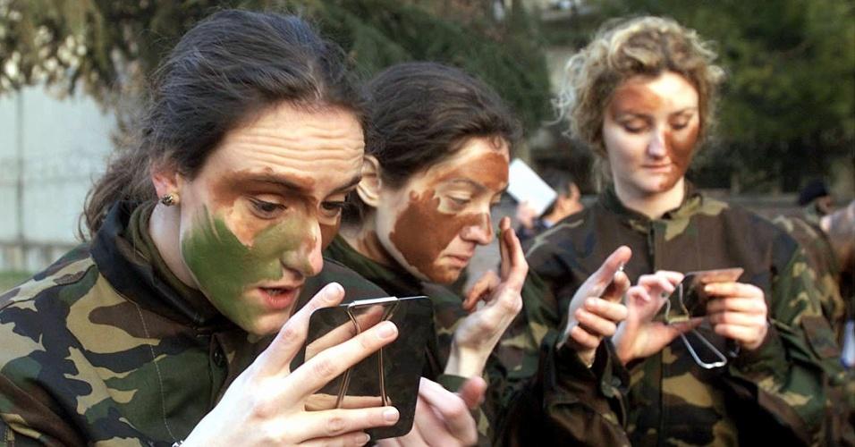 Grupo só de mulheres do Exército italiano se prepara para combate